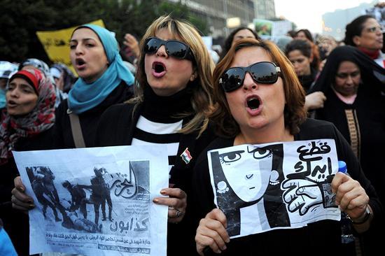 Mulheres protestam contra violência do exército